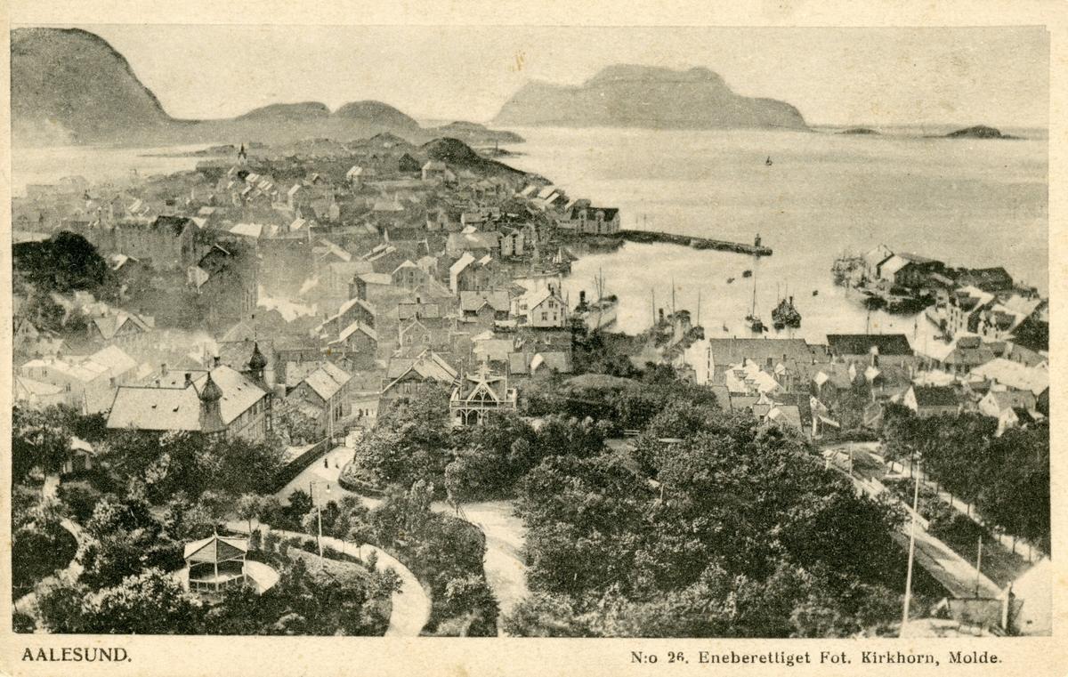 Oversiktsbilde av Ålesund by og parken sett fra Aksla.
