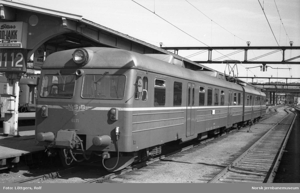Elektrisk motorvognsett type 69A med lokaltog til Østfoldbanen på Oslo Østbanestasjon