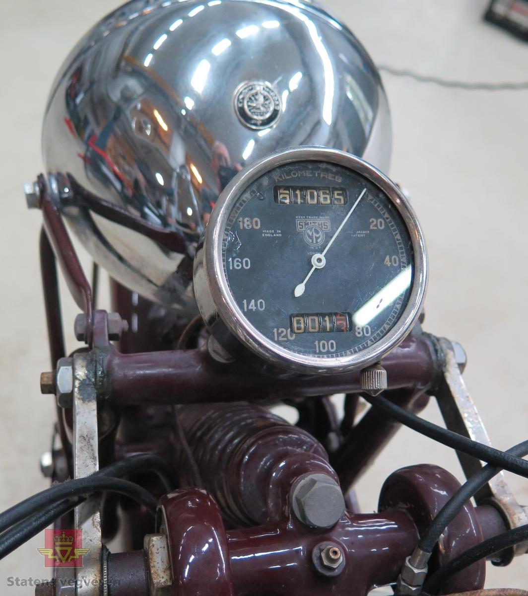 Rød (antatt orriginal farge som heter Amaranth red) lakk utvendig. Motorsykkelen har originalt en luftavkjølt, bensindrevet 2-sylindret motor med et sylindervolum på 498 kubikkcentimeter. Motoren er en 360 graders parallell twin OHV firetakt som yter 27 Hk. Sykkelen har 4- trinns girkasse og kjededrift. Svart sal, antall sitteplasser er 2. Km. stand på telleren er 31065 km.