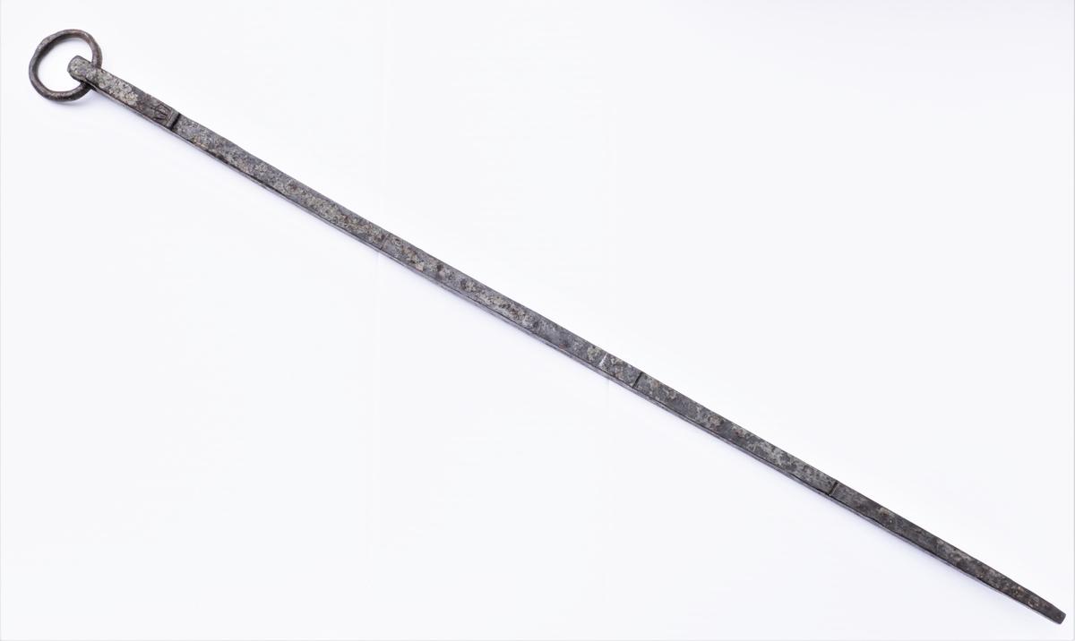 En mal for andre alenmål. Målet hang på Hoff kirkes vestre dør til 1894 og er nevnt av L D Kluwer i 1823 i et håndskrift i Bergens Museum. Øverst på stanga er en avsats, og fra denne og til enden er det virkelige målet som er 62,7 cm. langt. Målet er delt i 4 kvarter, men det midterste merke har kommet for langt ned. Like ved avsatsen er et merke som forestiller en krone. Målt fra krona er alenmålet 63,2 cm. langt og dette er også et mye brukt mål. Rektangulært tverrsnitt. Målet har øverst en smidd jernring, to tommer i diameter.