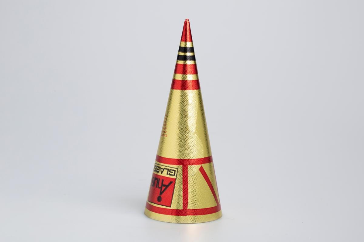 Kjegleformet iskrempapir (kremmerhus) i aluminium. Kremmerhuset er halvblankt med farger på utsiden, og matt uten farge (hvit) på innsiden. Papiret er gullfarget med påført tekst og stripete mønster i rød og svart.
