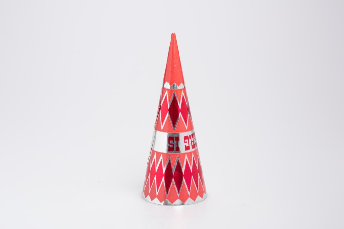 Kjegleformet iskrempapir (kremmerhus). Kremmerhuset er med farger på utsiden, og matt uten farge (hvit) på innsiden. Kremmerhuset har sølv bakgrunnsfarge, med rosa felter med rød rombemønster. Tekst på midten av papiret.