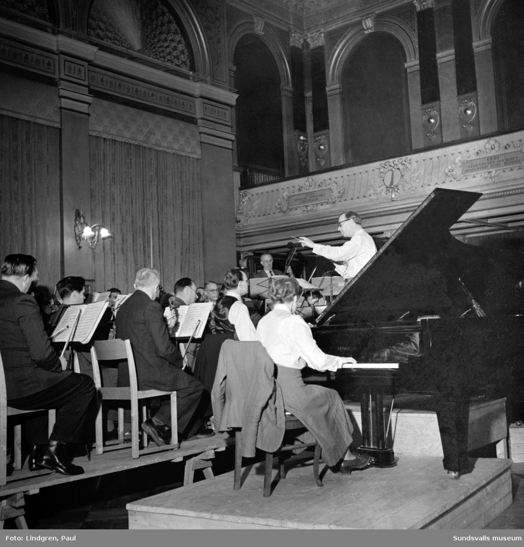 Orkesterföreningen. Konsert i Stadshussalaongen med Hilda Waldeland som solist. Musikdirektör Hult dirigerar bl a Brahms pianokonsert i D-moll.