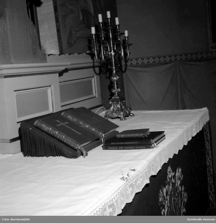 Skönsmons kyrka blev 1958 utsatt för ett inbrott av två berusade män som tagit sig in för att stjäla nattvardsvinet. De båda greps på bar gärning då de gömt sig i kyrktornet.