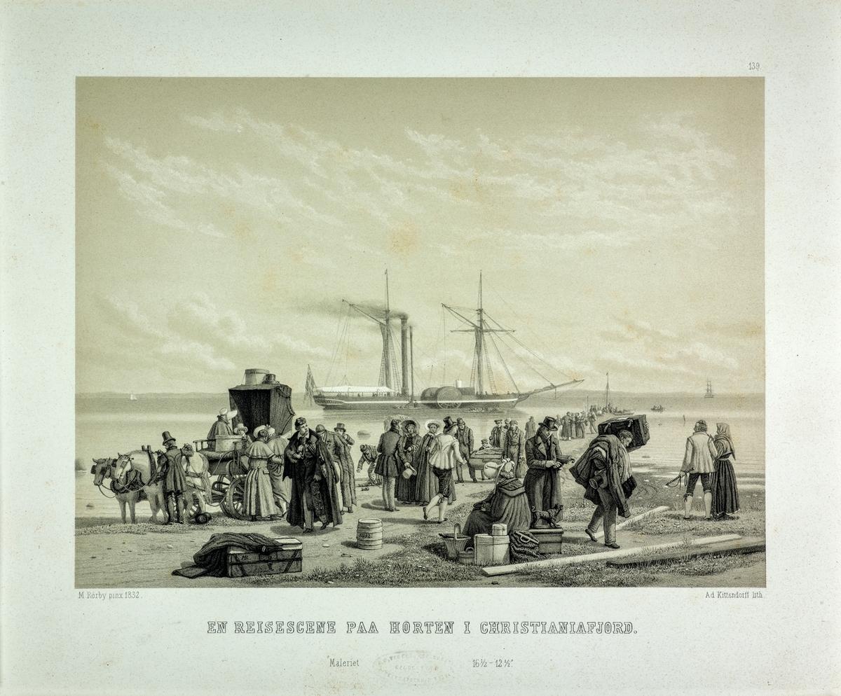 En Reisescene på Horten i Christianiafjord. På stranden I forgrunnen reisende med bagasje, turister, bonder og skyssfolk og bærerer. Lang brygge full av folk ut fra stranden, hjuldamper ute på reden.