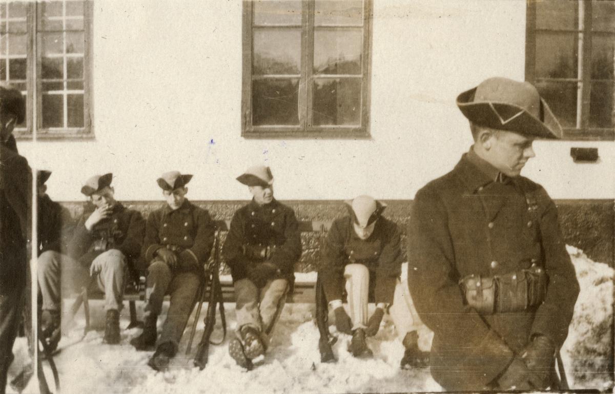 Elever vid Krigsskolan Karlberg utanför Karlbergs slott, Stockholm.