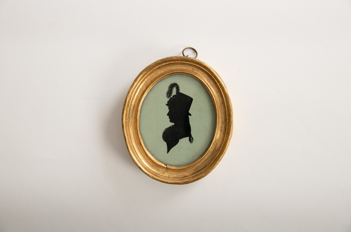Portrett, eldre kvinne med fjørprydet hatt/ Profil venstre, lang fl