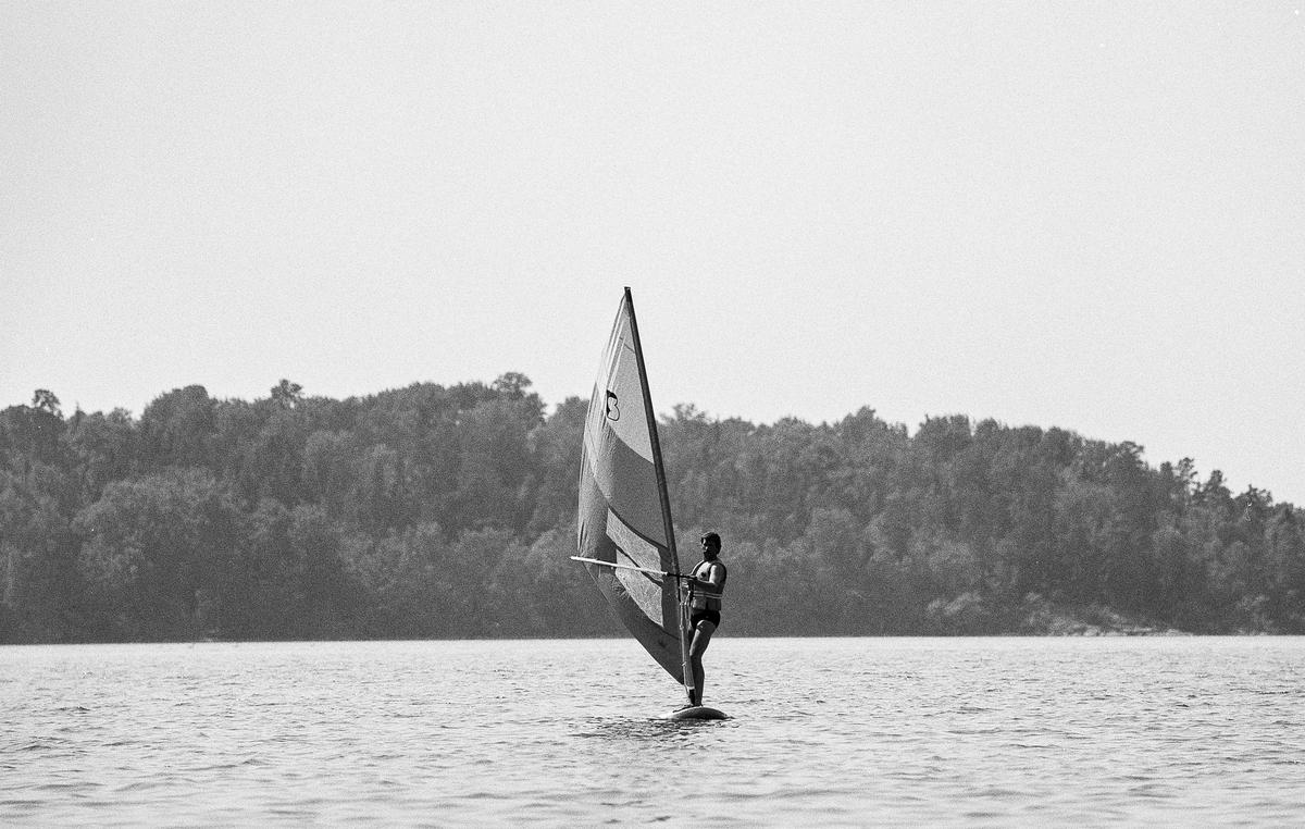 Bertil Eklöf visar oss elegant hur lätt det är att vindsurfa! Sen är det vår tur...  OBS! två bilder.