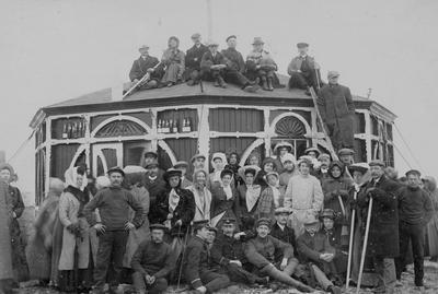 Turister ved paviliongen på Nordkapp rundt 1900 (Foto/Photo)