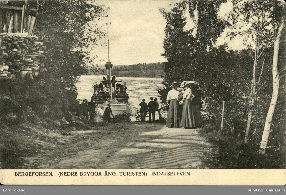 Vykort med motiv över den nedre bryggan i Bergeforsen och ångbåten Turisten som trafikerade Indalsälven.