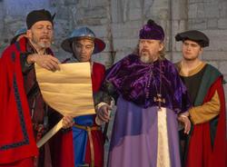 Truid leser opp dårlige nyheter for Biskop Mogens.
