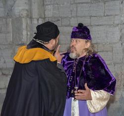 Biskop Mogens oppdager at hans egen svenn, Åge, har skiftet side politisk.