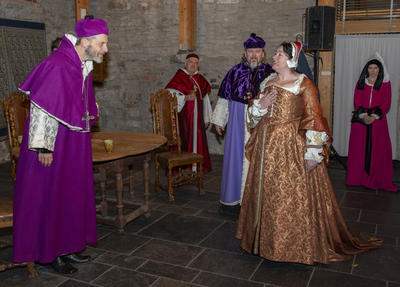 Erkebiskop Olav Engelsbretsson møter Jomfru Karine på Hamar. Tilstede i bildet er også Biskop Mogens og Pavens kardinal.