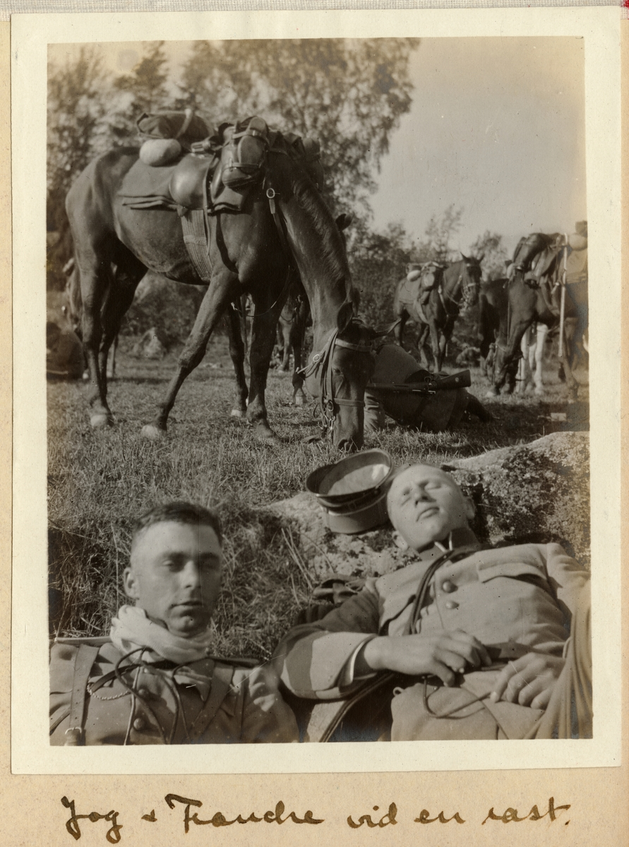 Carl Bernadotte af Wisborg och Carl Eduard Francke vilar vid en rast under Enköpingsmanövern 1914.
