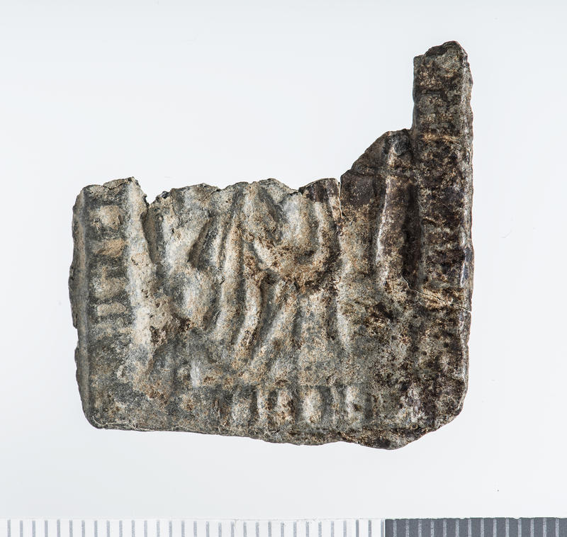 Firkant i sølv med avbrutt overdel, har vært nesten kvadratisk, innpreget symboler og bilde av Hellige Birgitta.
