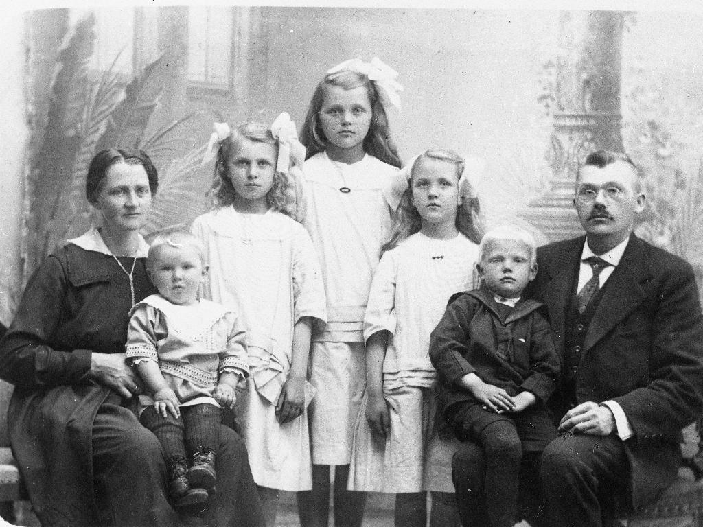 Regine og Olaf Aarre med borna. F. v. : Randulf Aarre, Berly Aarre, Ingeborg Aarre, Ruth Aarre, Ole Aarre.