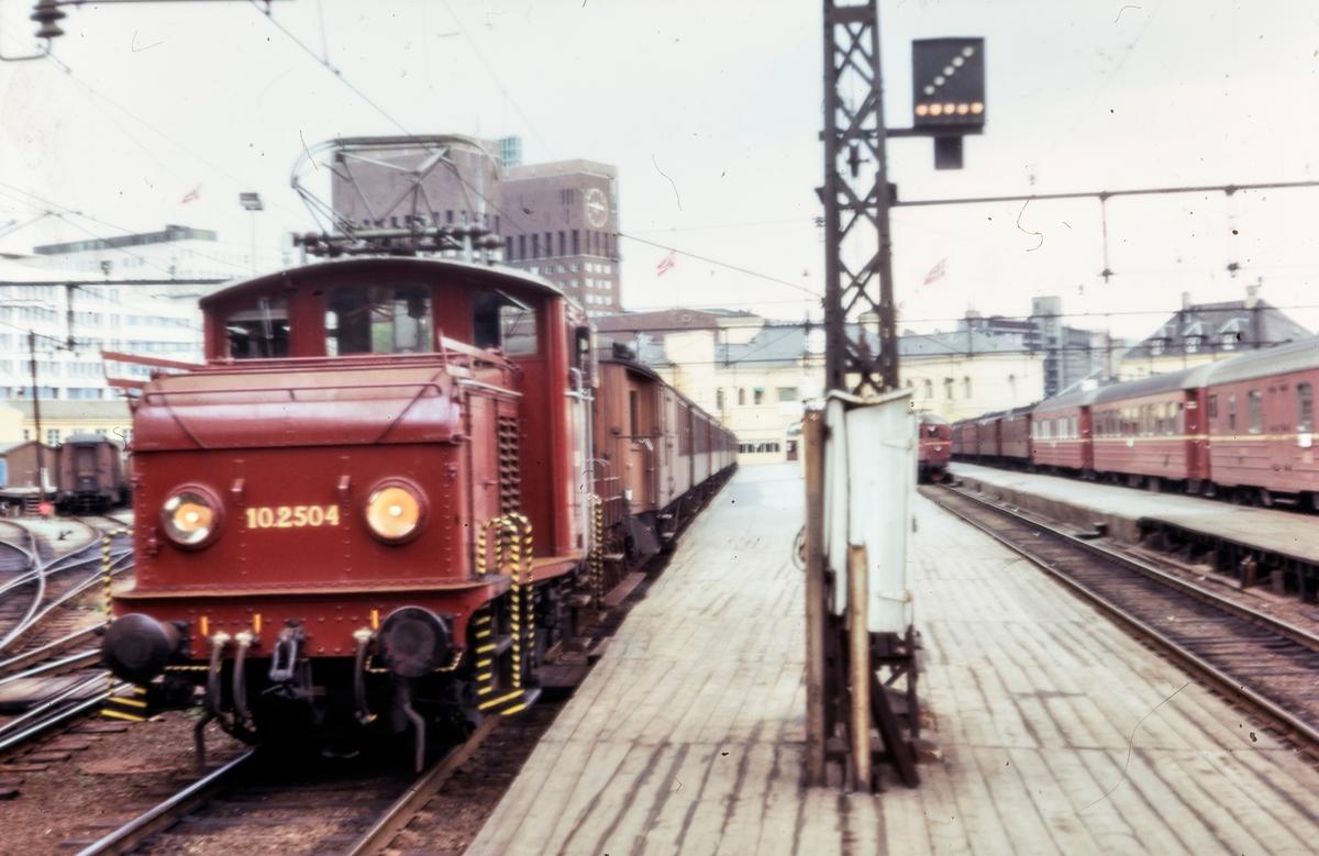 Elektrisk lokomotiv El 10 2504 i skiftetjeneste på Oslo Vestbanestasjon