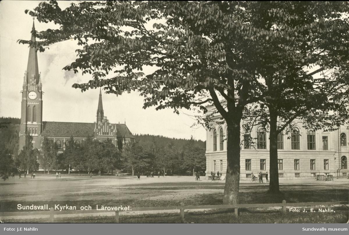 Vykort med motiv över Gustav Adolfs kyrka och Läroverket.