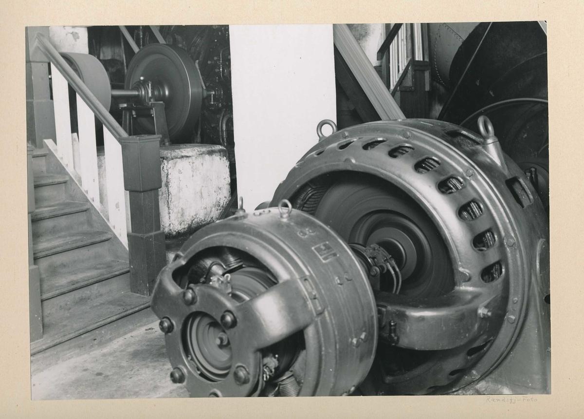 Generator koblet til driftsturbin i turbinrommet i det gamle tresliperiet.