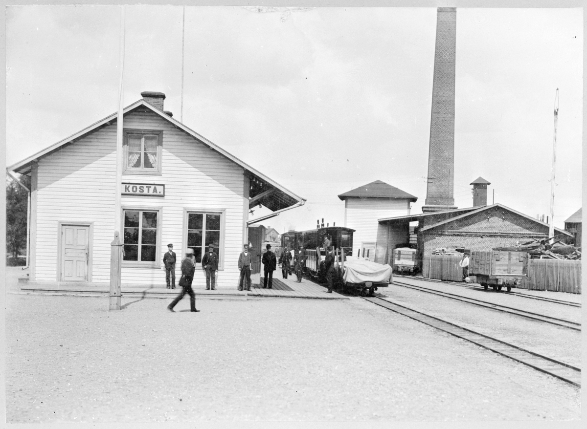 """Övre bilden: Persontåg med lok 2 """"Lessebo"""" med snöplog på järnvägsstation i Lessebo med riktning mot Kosta. Nedre bilden: Kosta - Lessebo Järnväg, KLJ Kosta järnvägsstation."""
