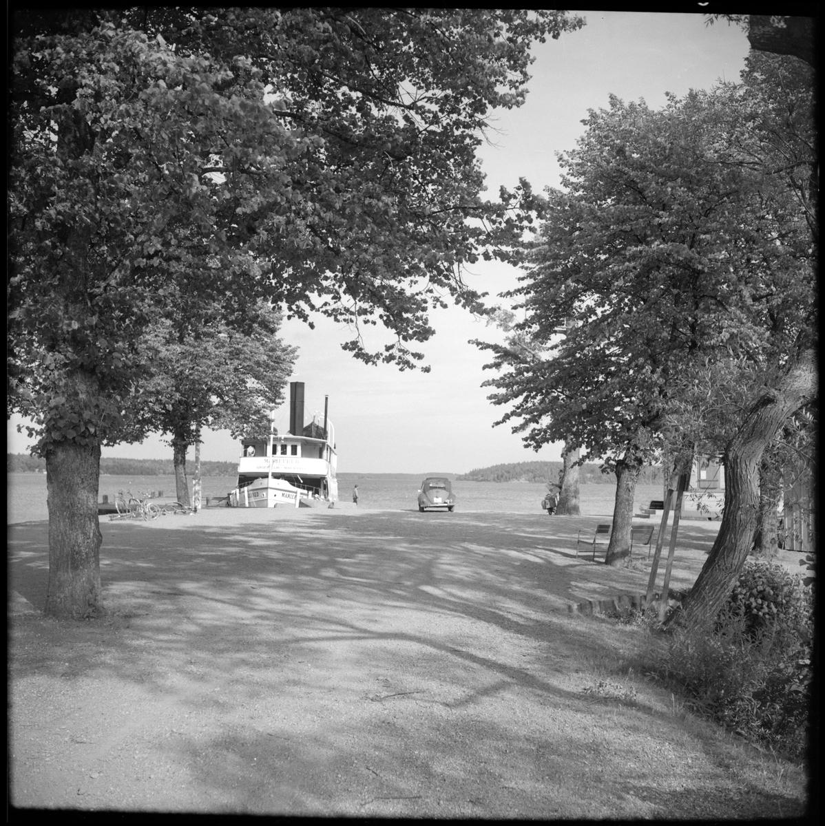 Till vänster i bild vid Mälarens strand ses Ångfartyg S/S Mariefred som trafikerade mellan Mariefred-Läggesta.