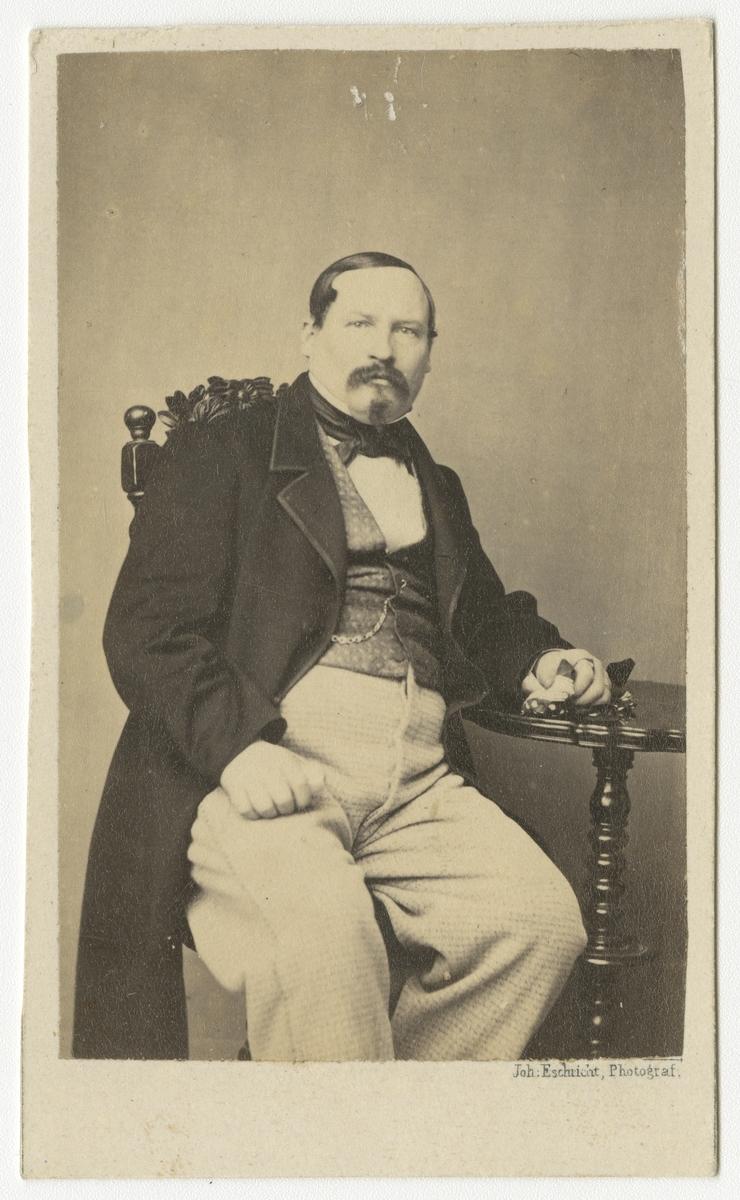 Porträtt av Gustaf Lorentz Lövgrén, kapten vid Andra livgrenadjärregementet I 5.  Se även bild AMA.0001869 och AMA.0001953.