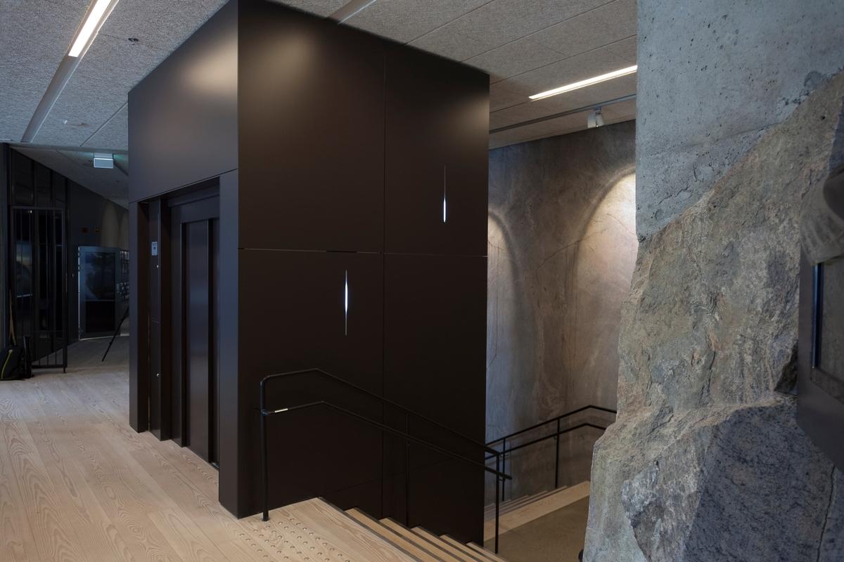 Kunstneren sier at han med et minimalistisk grep prøver å skape et øyeblikk fra naturen og på den måten skape en dialog. Siden dette bygget er hugget inn i fjellet er tanken ved hjelp av pulserende LED-lys som manipulerer en dråpe eller istapp som i en grotte.