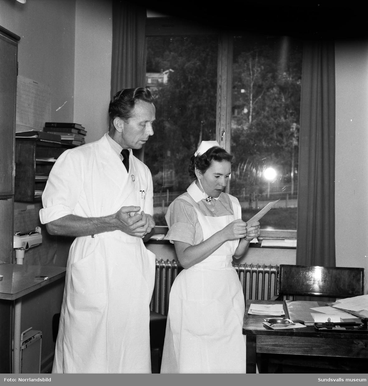 Nils Agmo, manlig sjuksyster, tillsammans med en kollega vid Sundsvalls lasarett.