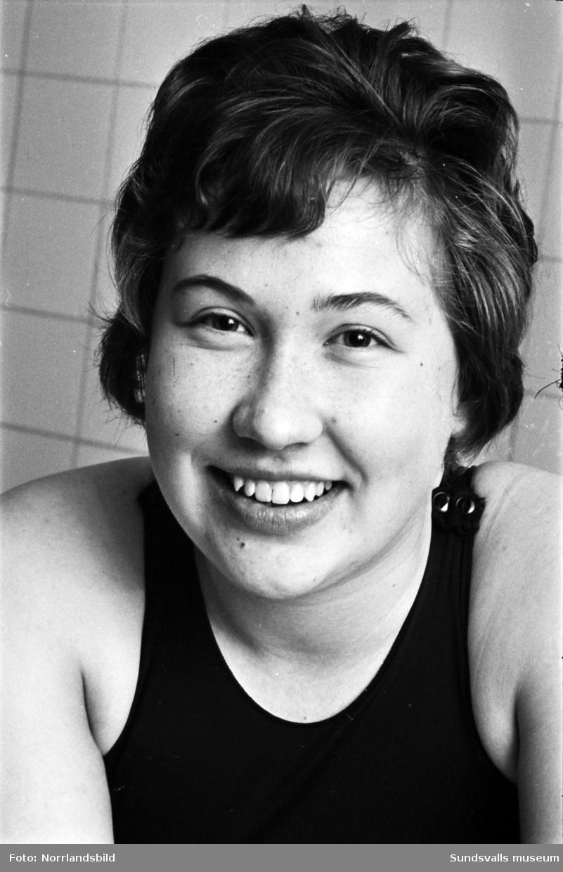 Ingrid Bergström, 16 år, fotograferad i samband med ungdomstävlingen Sum-sim i Timrå simhall 1961.