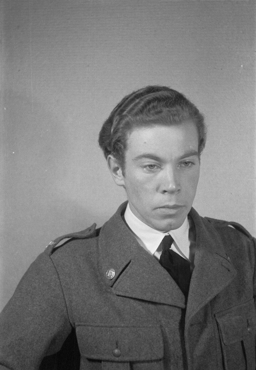 Porträttfoto av sergeant Sten Viktor Torgny Anderberg (nummer 798), vapensmed i Posio vid F 19, Svenska frivilligkåren i Finland under finska vinterkriget, 1940.