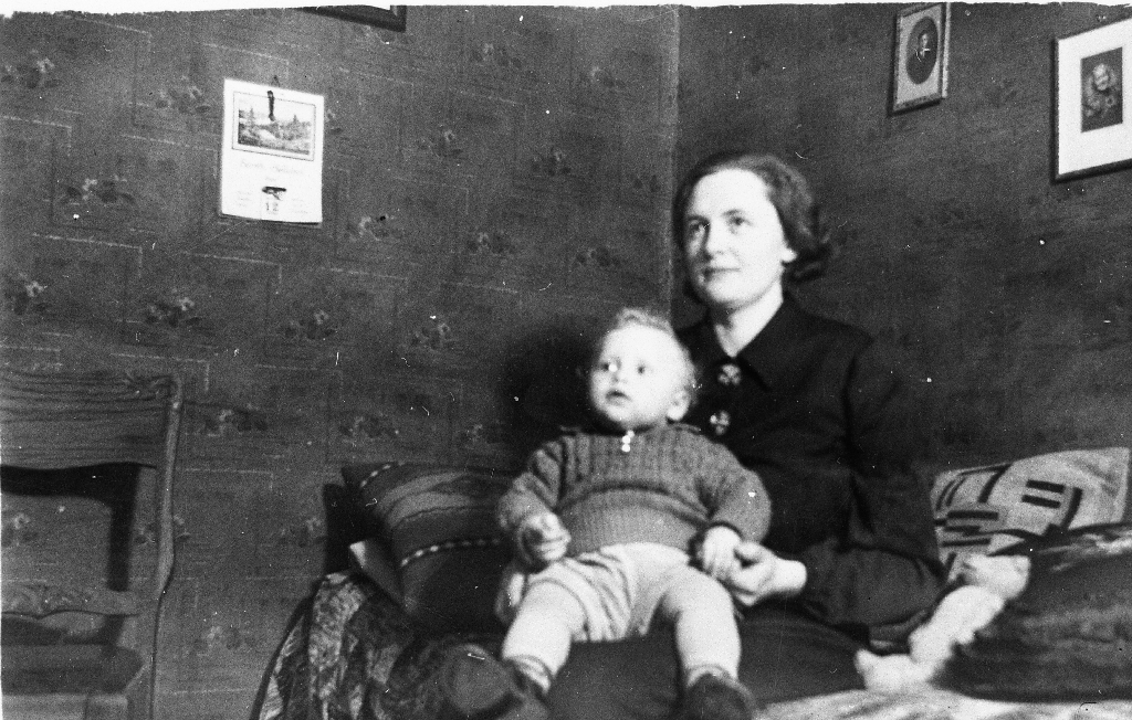 Ester Grude Ree (1909 - 1995) i stova på Ree med sonen Joleif Ree (1937- ) på fanget.