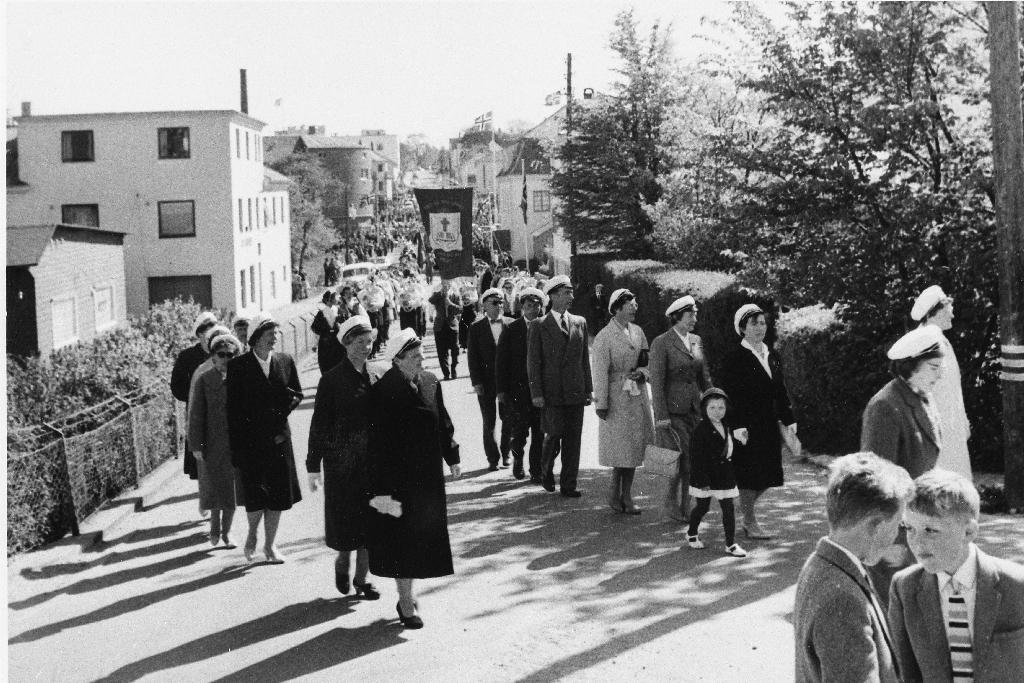 Bryne blandakor i 17. mai tog i Storgata på veg mot Brynehaugen. Til venstre bygningane til Time Trevare.