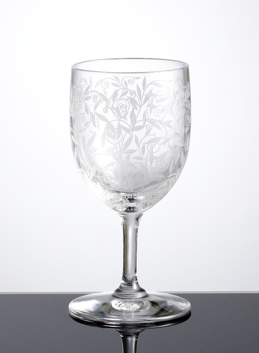 Vinglas i ofärgat klarglas med dekor bestående av etsade bladrankor.