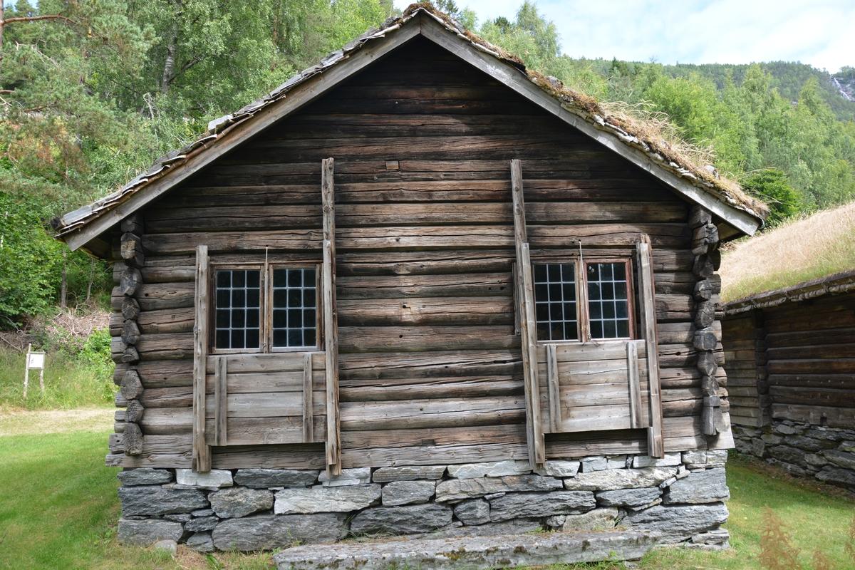 Lafta bygning, treromsplan. Forstove i grindverk med liggnade kledning. Spor etter lem over døra/forstova. To glas i gavlveggen. Røykomn og ljore. Jordgolv.  Tørrmur og torvtak. Slik som koven no står, er ikkje ytterveggane tømra. Då dei sette opp huset på museet (1916) måtte dei truleg lage koven på nytt. Tømmeret er ovalt hogge (trædt) og nov-hovuda er likeeins ovale. Unnateke er dei to øvste stokkane på kvar sie, dei er flat-trædde. Det same gjeld dei to øvste stokkane i brysta, og nokre stokkar lenger oppe.  I beten ved omnen er det skore inn 1812.