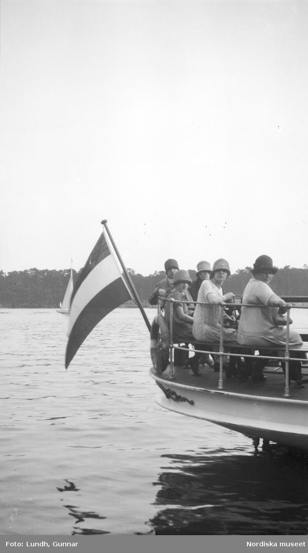 """Motiv: Utlandet, Berlins Omgivningar 157 - 177 ; Landskapsvy med förtöjda båtar på en sjö, en hamn med båtar, anteckning på kontaktkarta 172 """"detalj av båt på Wannsee""""."""