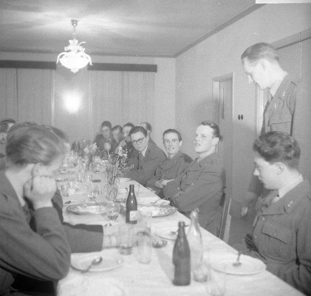 Värnplikig på fest. Uniform m/1939 komiss.
