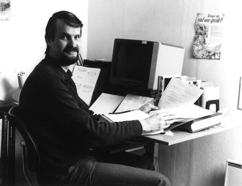 Jon Birger Østby med museets nyinnkjøpte datautstyr i 1984.