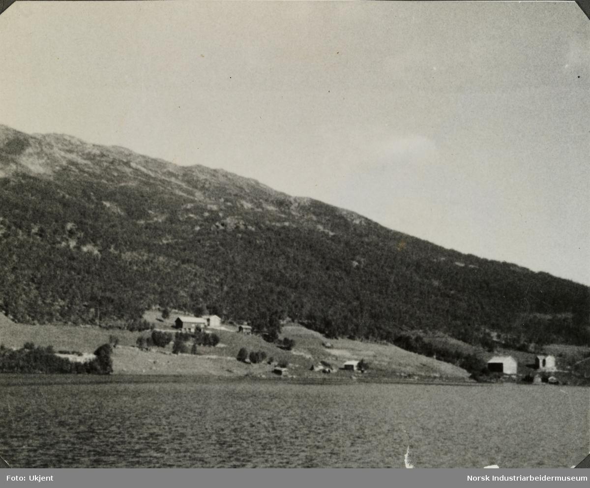 Gårdene Vågen på Møsstrond sett fra innsjøen Møsvatn