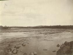 """Text i fotoalbum: """"Vid Lule älf sommaren 1908."""""""