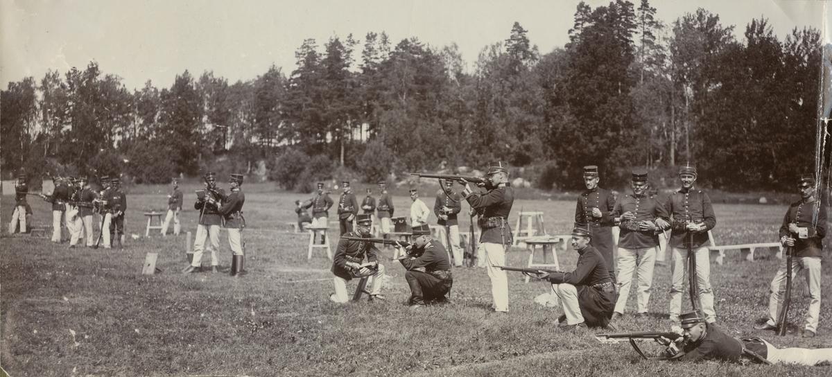 """Text i fotoalbum: """"Från skjutskolan sommaren 1906."""""""