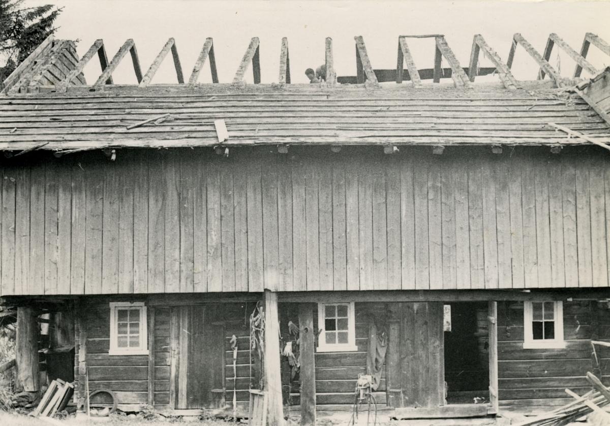 Dokumentasjonsbilder i serie av eksteriøret og nedtakinga av Opshaugløa. Bilda viser hvor den stod før.