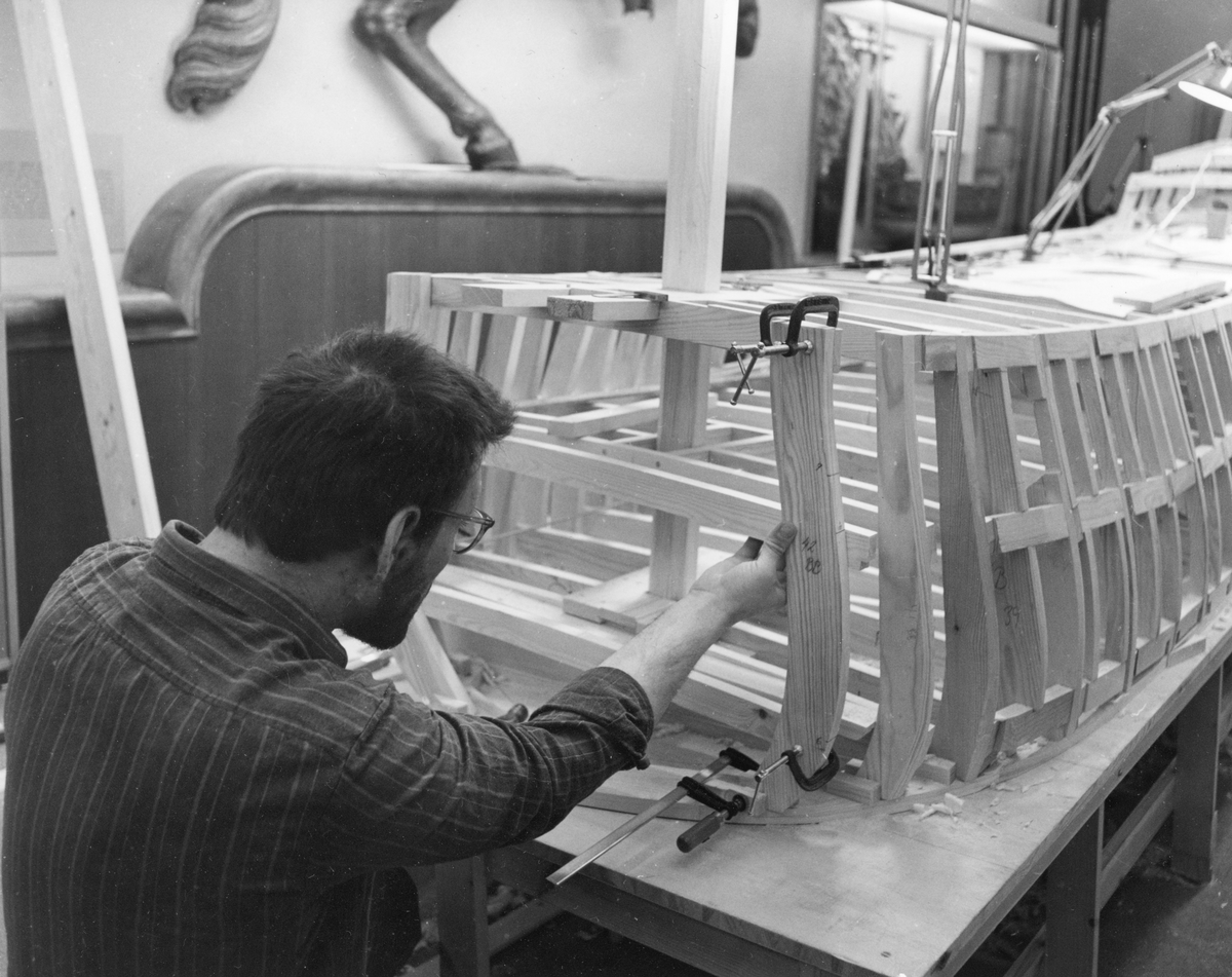 Modellbyggare Lars Eriksson i arbete med modellen av Vasa i skala 1:10.