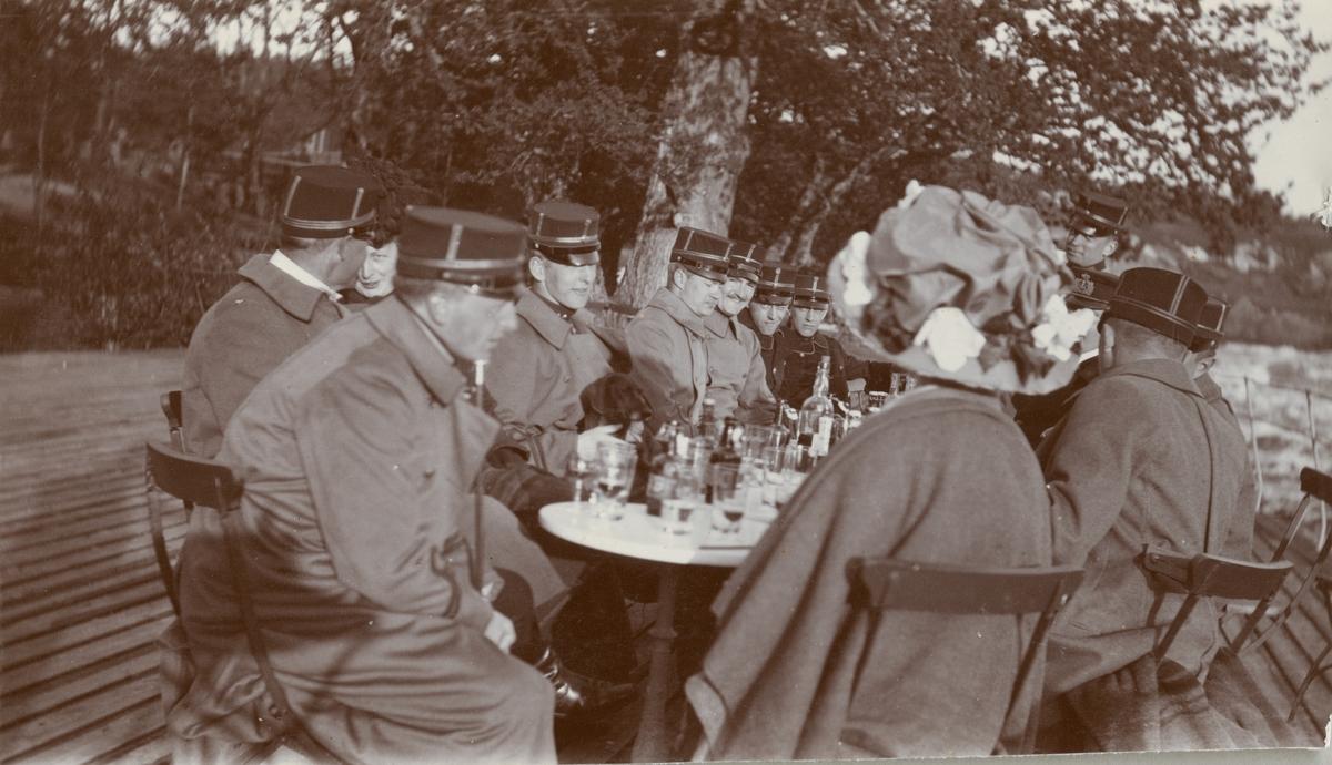 Ett sällskap avnjuter förfriskningar i parken.