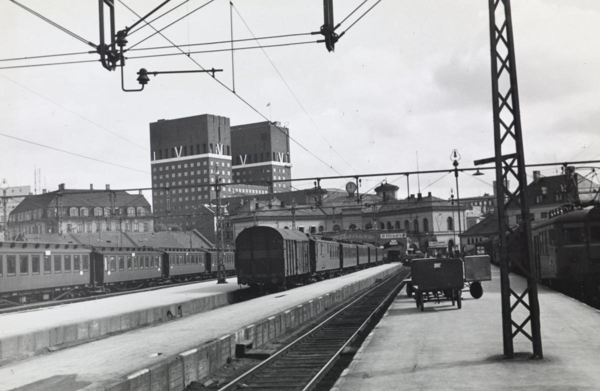 Personvogner på Oslo Vestbanestasjon. Legg merke til V på Rådhuset