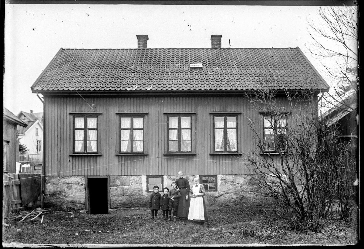 Jordmor Eriksens vei 1 i Moss,  tidligere gateadrese Klommestensgata 24 i Moss.    Eier Odd Gamborg Jacobsen. Odd Gamborg Jacobsen f. 1910 i Moss hadde adresse Klommestensgata 24 i folketelling for 1930, i dag Jordmor Eriksens vei 1.