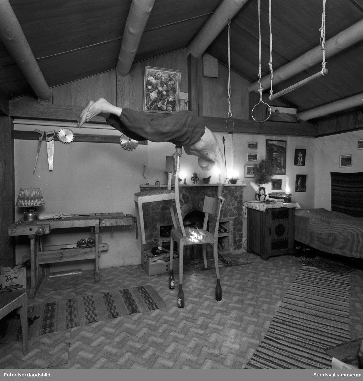 Uppfinnaren och levnadskonstnären Axel Lundberg tränar hemma i Böle, Sidsjö. Träningsformen kallade han  impulsgymnastik och metoden höll honom i toppform långt upp i åren.