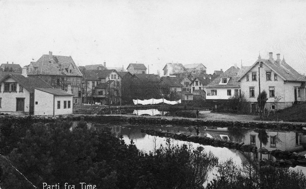 Frå Bryne sentrum med Åno i 1922. Biletet er teke frå området ved Jæren Uldvarefabrikk mot vest. Hus nr. 2 frå høgre er Gjesteheimen. Til venstre er S. Tjemsland og Bellesen Hotel.