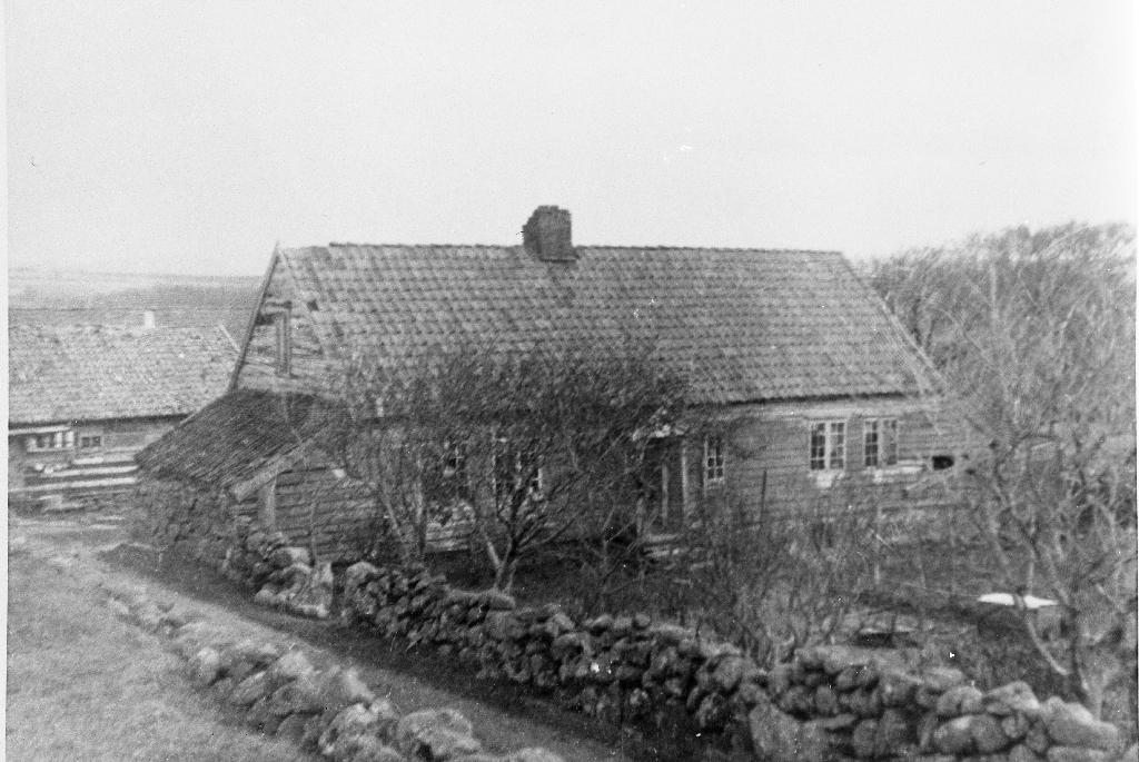 Vestsida av heimahuset til Martin Garborg. Det sto like i nærleiken av Garborgheimen og var truleg bygd på same tid, ca 1950. Huset brann ca 1970.