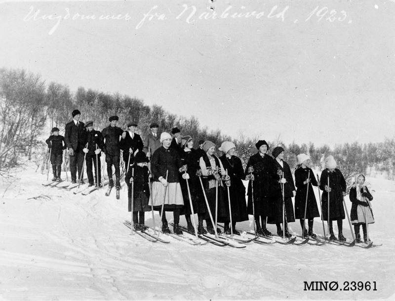 Ungdommer fra Narbuvoll på skitur.1923. Fotograf antatt Joseph Bakken