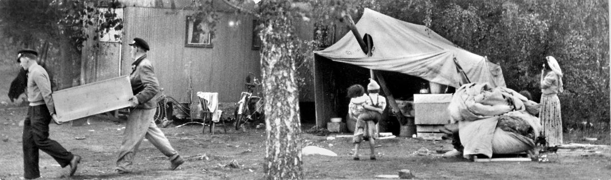 Vräkning av romer från platsen där de bott vid Mälarhöjdens idrottsplats i Stockholm, oktober 1951. I de kommunala ordningstadgorna kunde kommunerna på den tiden införa bestämmelser för hur länge romer fick bo på en och samma plats. Tiden kunde vara upp till tre veckor, men ofta kortare, ibland bara några dagar. Kommunen anlitade flyttkarlar och bärgare för att forsla bort vagnar. Tälten revs ofta och kunde inte återanvändas. Polis eskorterade de vräkta familjerna till kommungränsen där sökan efter en ny lägerplats började och hela proceduren upprepades om inte det fanns behov för romernas arbete och tjänster. Bönder som behövde extra arbetskraft, restauranger som behövde förtenna kopparkärl eller ha musikunderhållning för sina gäster kunde vara möjliga arbetsgivare under en period och underlätta boendesituationen.
